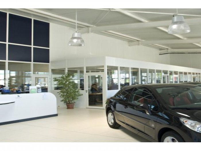 Am nagement en cloisons et portes du garage peugeot for Garage citroen aigues mortes