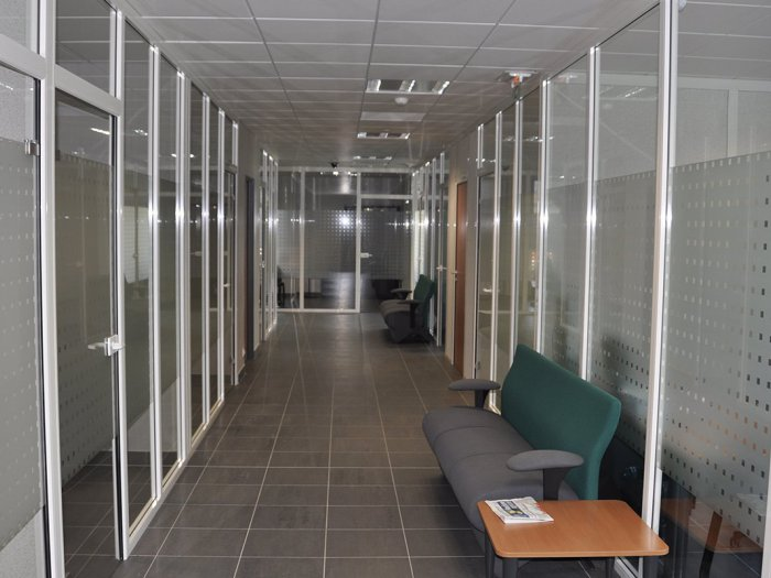 Cloisonnement rdc et etage 1100 m2 chez credit agricole for Garage citroen aigues mortes